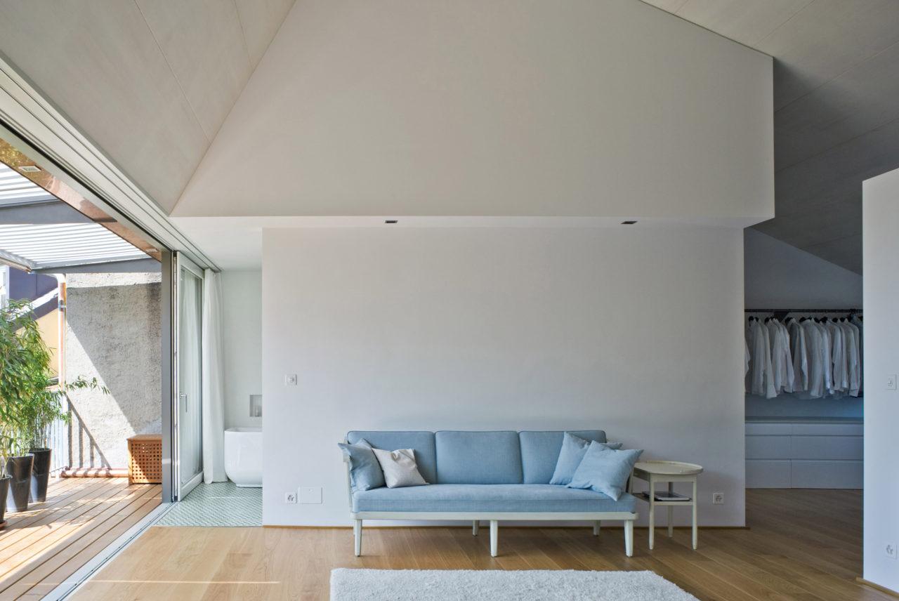 Neuer Dachraum im Dachgeschoss nach Umbau und Ausbau von Architekturbüro Forsberg in Basel
