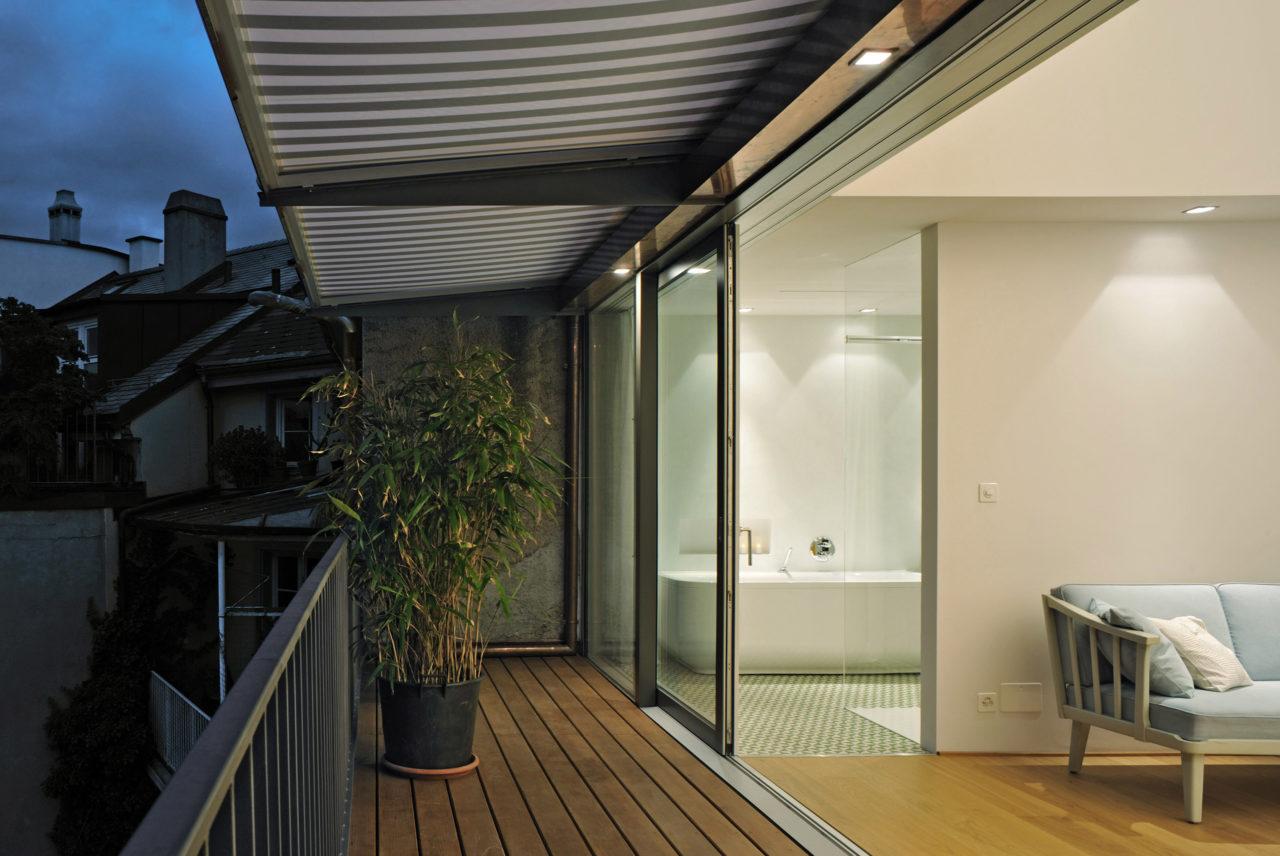 Neue Terrasse im Dachgeschoss nach Umbau und Ausbau von Architekturbüro Forsberg in Basel