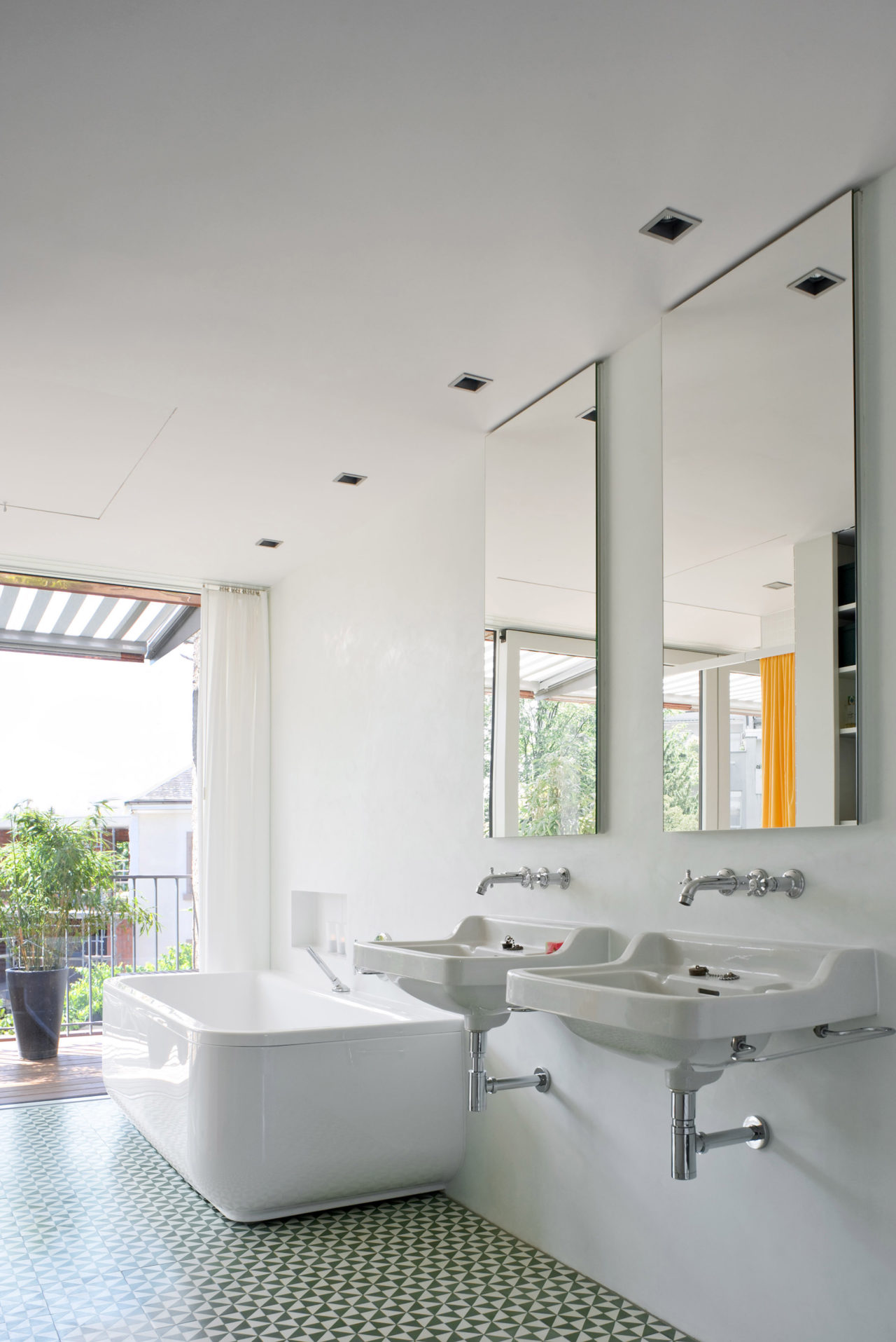 Neues Bad im Dachgeschoss nach Umbau und Ausbau von Architekturbüro Forsberg in Basel