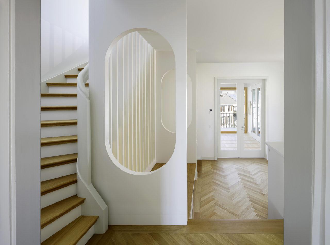 Halle mit neuer Treppe im 2.Obergeschoss nach Umbau von Architekturbüro Forsberg in Basel