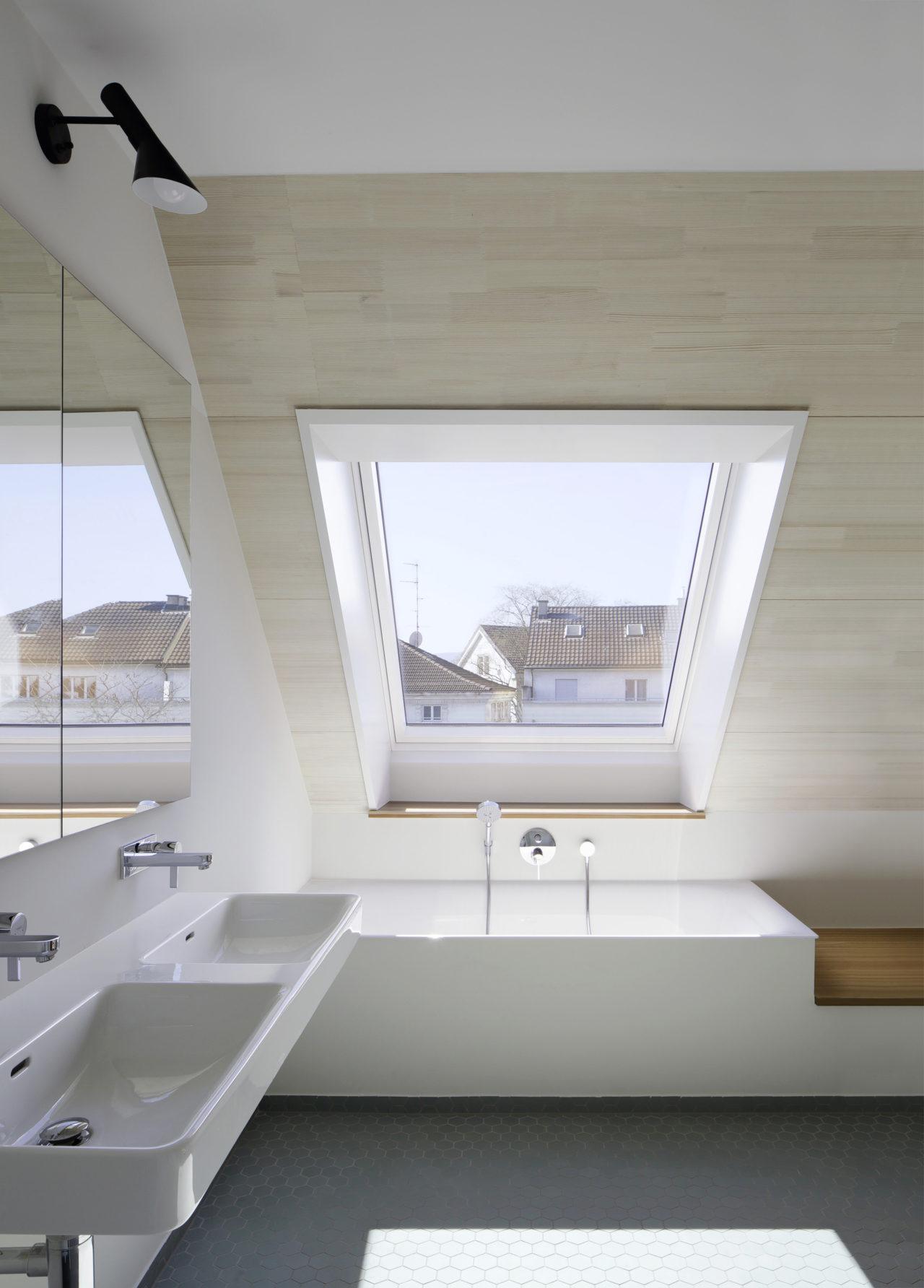Bad im Dachgeschoss nach Umbau und Anbau von Architekturbüro Forsberg in Basel