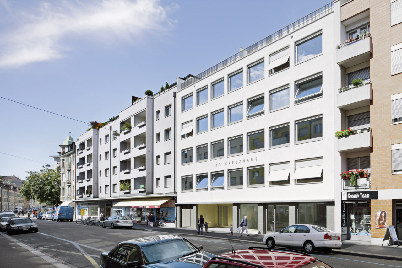 Strassenansicht Neubau Geschäftsstelle Schweizerisches Rotes Kreuz von Architekturbüro Forsberg in Basel mit Malin Lindholm