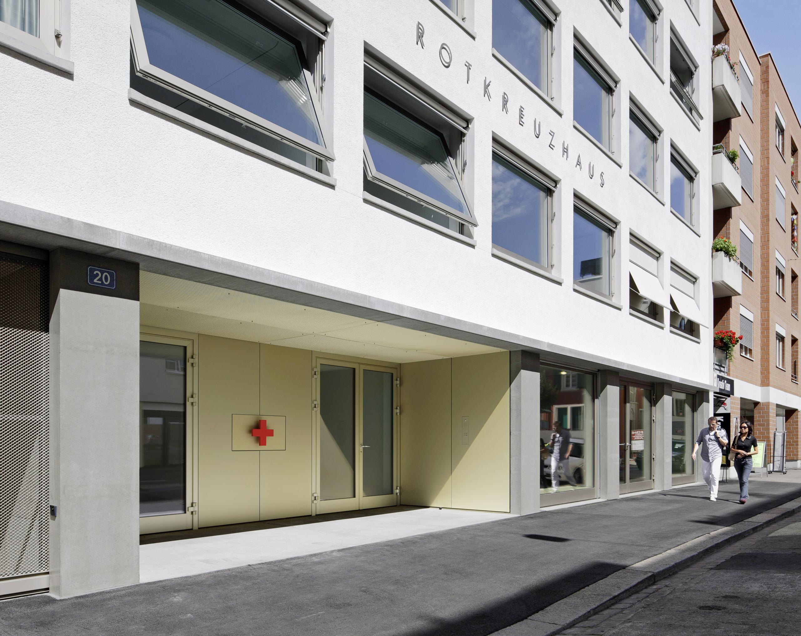 Eingang Strasse Neubau Geschäftsstelle Schweizerisches Rotes Kreuz von Architekturbüro Forsberg in Basel mit Malin Lindholm