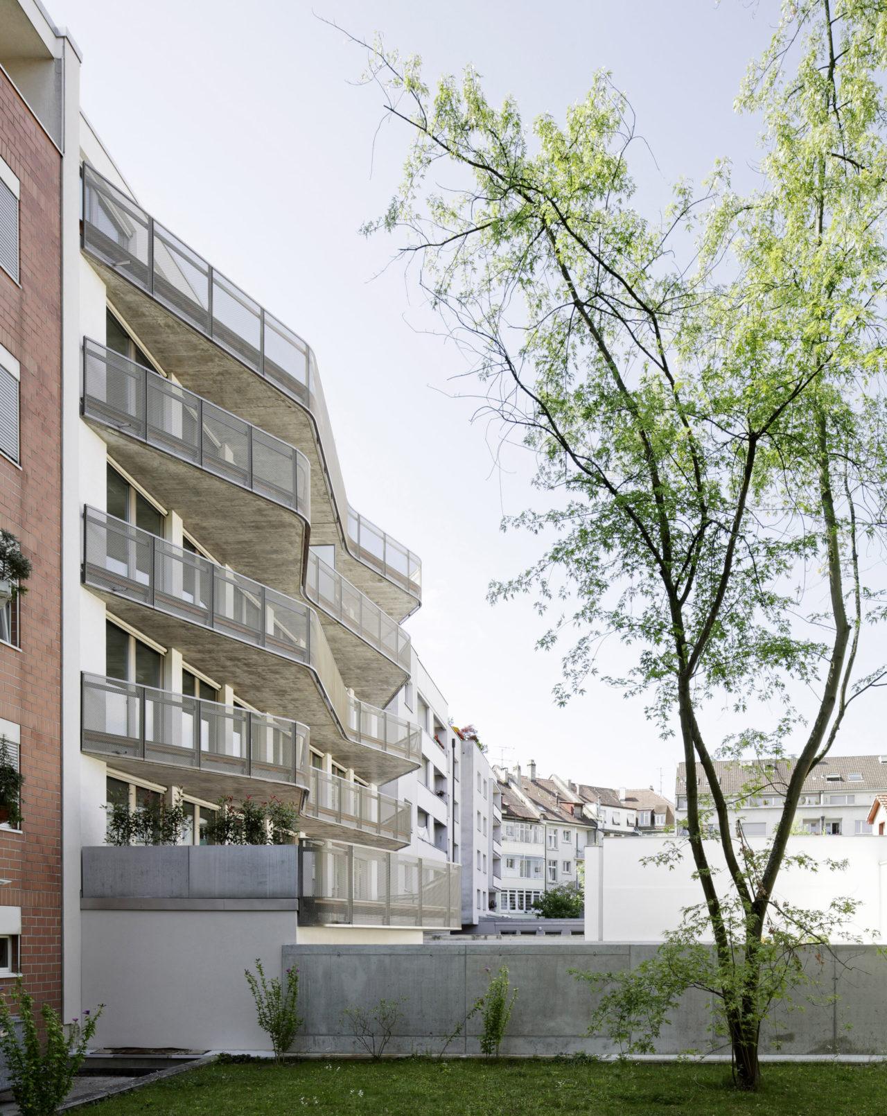 Hoffassade Neubau Geschäftsstelle Schweizerisches Rotes Kreuz von Architekturbüro Forsberg in Basel mit Malin Lindholm