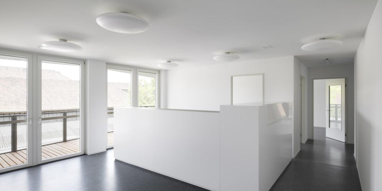 Büros im. 3.Obergeschoss, Neubau Geschäftsstelle Schweizerisches Rotes Kreuz von Architekturbüro Forsberg in Basel mit Malin Lindholm