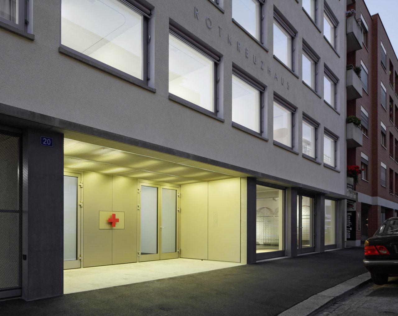 Eingangsbereich Neubau Geschäftsstelle Schweizerisches Rotes Kreuz von Architekturbüro Forsberg in Basel mit Malin Lindholm