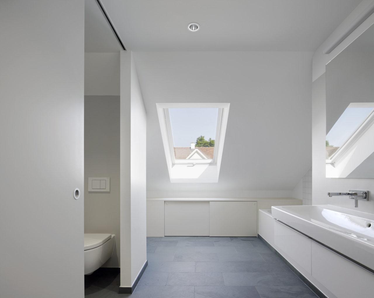 Bad im Dachgeschoss nach Umbau / Dachausbau von Architekturbüro Forsberg in Basel