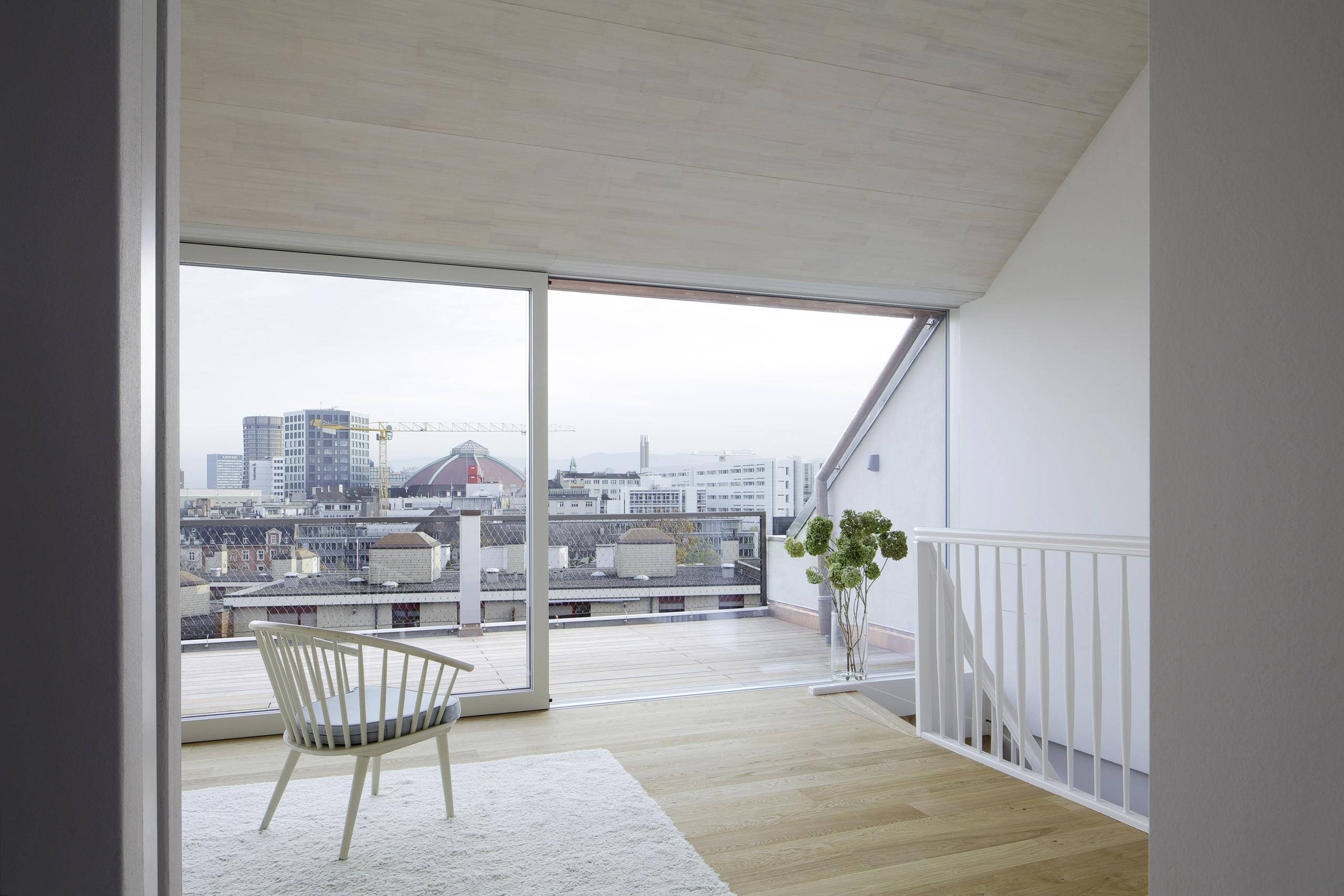 Wohnraum mit Terrasse im Dachgeschoss nach Umbau und Ausbau (Dachausbau)von Architekturbüro Forsberg in Basel