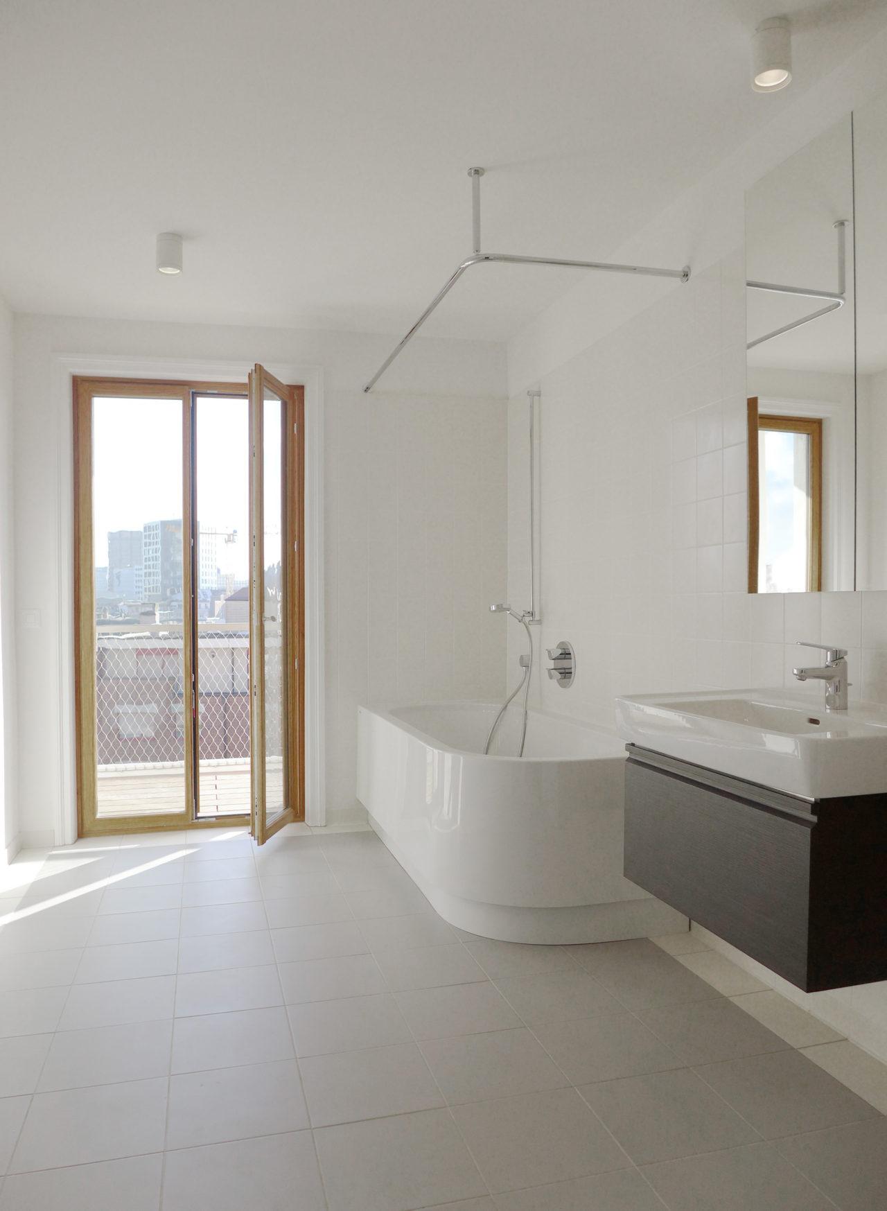 Neues Bad im 2.Obergeschoss nach Umbau und Ausbau (Dachausbau)von Architekturbüro Forsberg in Basel