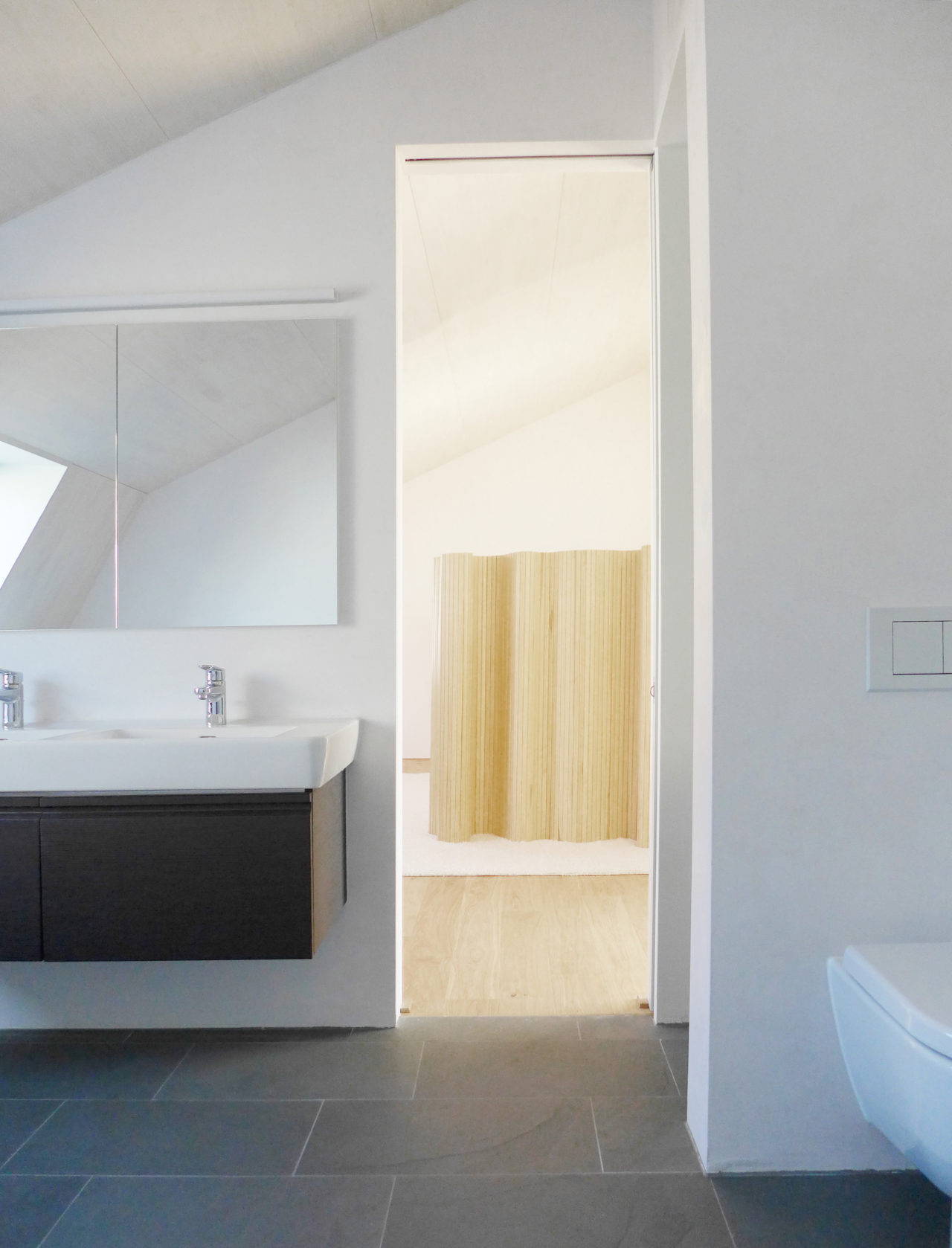Neues Bad im Dachgeschoss nach Umbau und Ausbau (Dachausbau)von Architekturbüro Forsberg in Basel